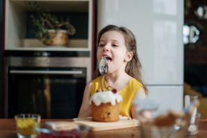 niña con hambre de dulce