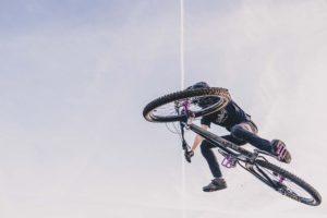 bicicleta de montaña BTT en salto